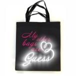 """Ostoskassi värillisellä ja heijastavalla kirjoituksellä """"My Other Bags are GUESS"""""""